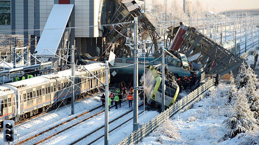 Al menos 9 muertos en el accidente que ha sufrido un tren de alta velocidad en Ankara
