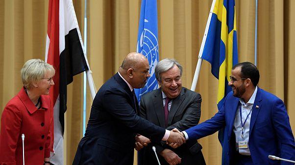 Yemen Dışişleri Bakanı ile Husi delegasyonu başkanı el sıkıştı