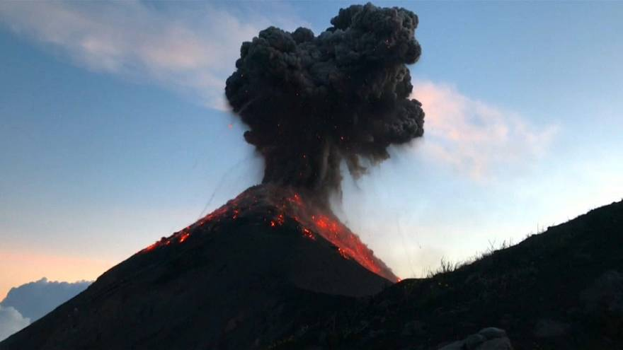 شاهد: الرهبة تنتاب متجولين على مقربة من بركان فويغو الثائر