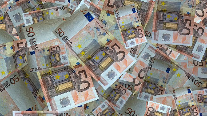 Raining bank notes forces closure of German autobahn