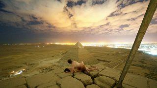 Andreas Hvid ve beraberindeki kadın piramitlerin tepesinde