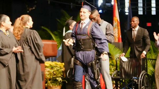 Debout pour recevoir son diplôme universitaire