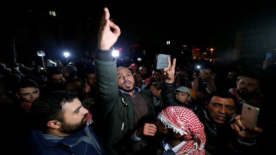 محتجون خلال مظاهرة ضد اجراءات التقشف الحكومية في عمان 14-12-2018
