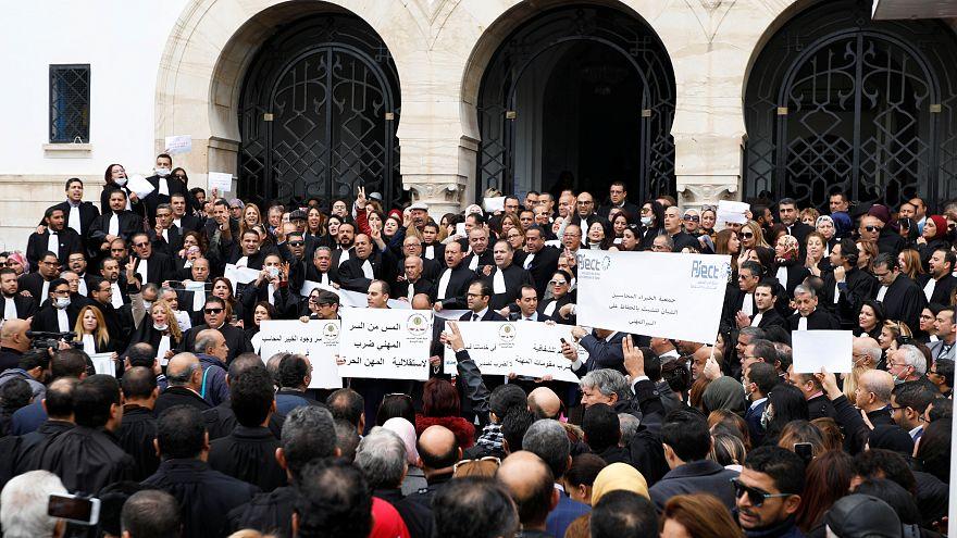 محامون وأطباء تونسيون يحتجون على قانون يطالبهم بمزيد من الشفافية الضريبية