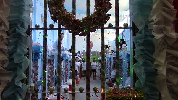 شاهد: سجينات برازيليات يتحدين الظروف ويحيين عيد الميلاد وسط أجواء احتفالية