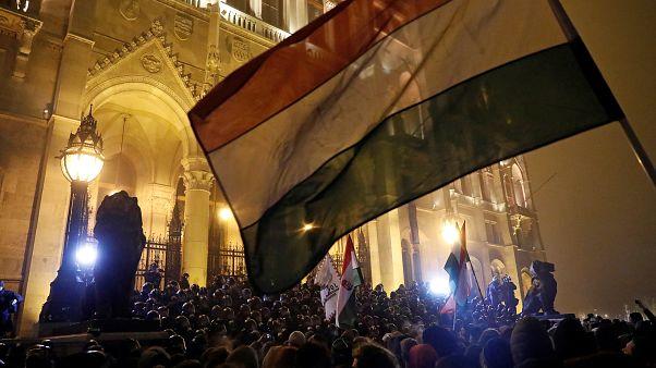 Proteste vor dem ungarischen Parlament in Budapest