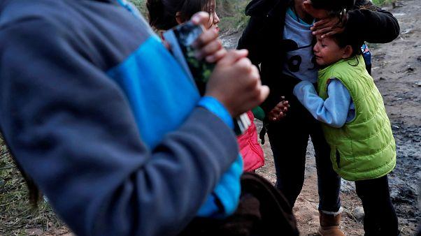 Una niña migrante de 7 años muere deshidratada bajo custodia en Estados Unidos