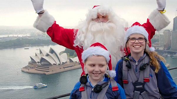 بابانويل يفاجئ الأطفال المرضى ويغني لهم من أعلى جسر في سيدني