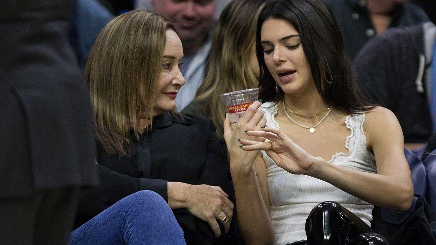 Kendall Jenner, a la derecha de la imagen