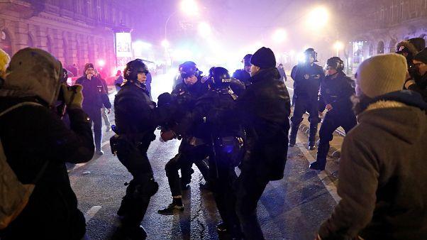 Budapesti tüntetések : félszáz embert állítottak elő
