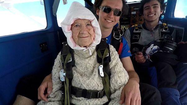 مادربزرگ ۱۰۲ ساله؛ پیرترین سقوط کننده آزاد