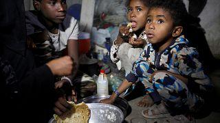 Hudeyde'deki çatışmalardan kaçan siviller Sana'da yaşam mücadelesi veriyor