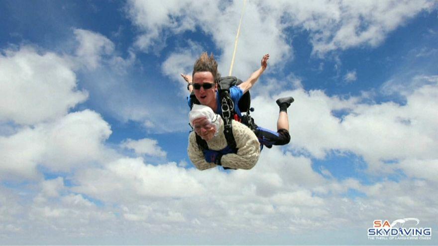 شاهد: أسترالية عمرها 102 عام تقفز بالمظلة لجمع التبرعات