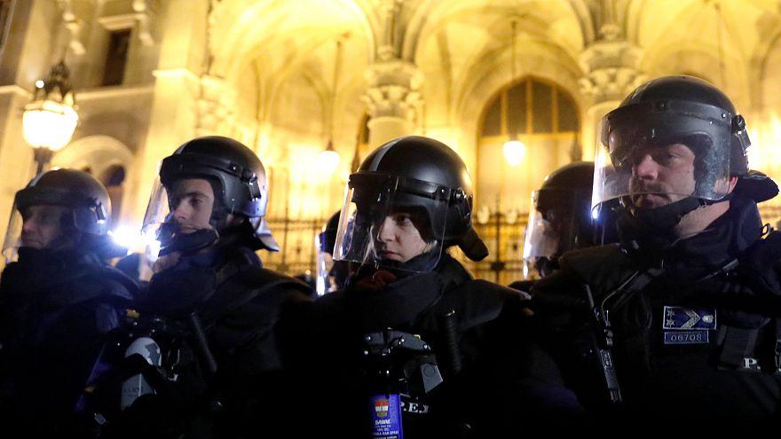 Könnygázzal oszlattak a harmadik napon is a Kossuth téren