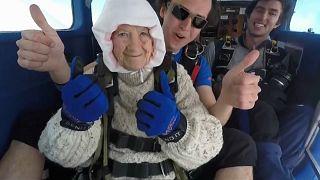 102-jährige Fallschirmspringerin