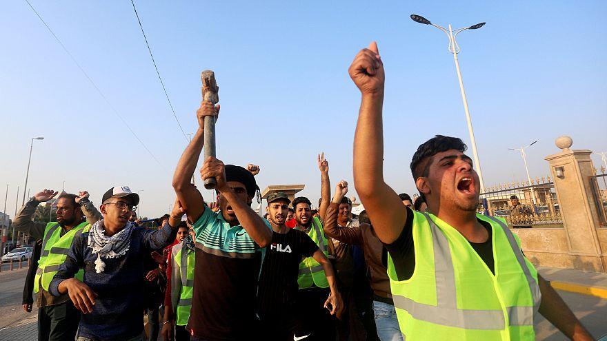 متظاهرون عراقيون اليوم الجمعة في مدينة البصرة