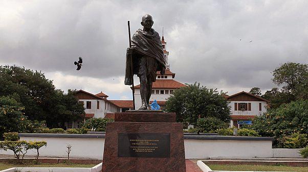 مجسمه گاندیِ «نژادپرست» از دانشگاه غنا پایین کشیده شد