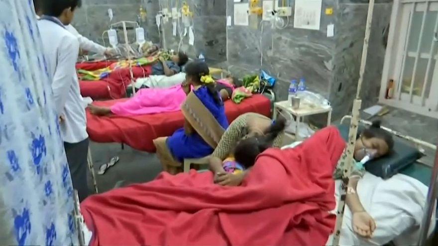 مرضى في أحد مستشفيات الهند بعد حادثة تسمم غذائي في ولاية كارناتاكا
