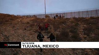 I migranti superano la barriera e arrivano negli USA