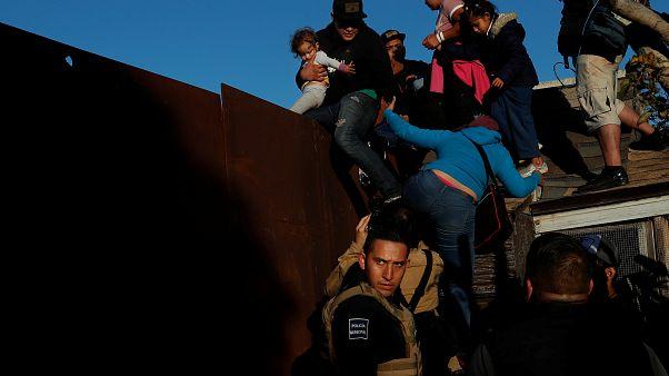 ABD'ye ulaşmak isteyen göçmenler zor şartlarda sınırı geçiyor