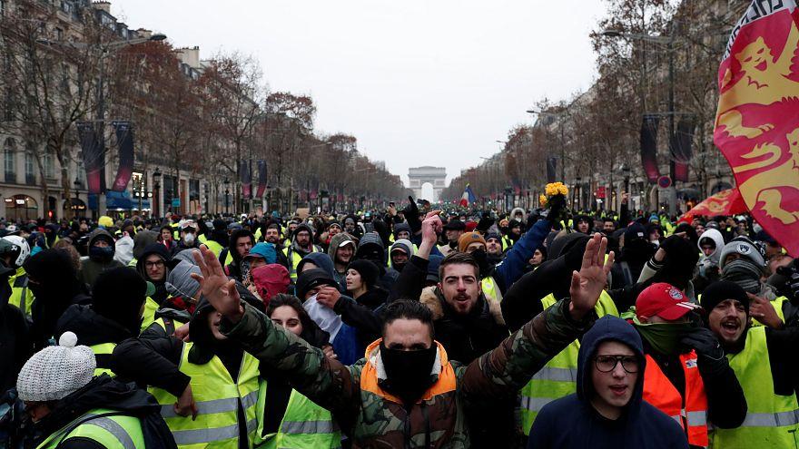 شاهد: دقيقة صمت لمتظاهري السترات الصفراء حدادا على ضحايا ستراسبورغ