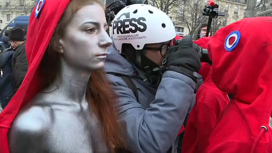 'Gilets jaunes' protest in Paris calmer and smaller than previous weeks
