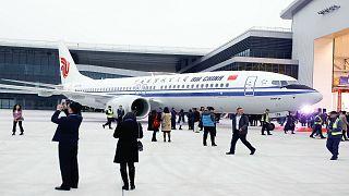 ضيوف يحضرون حفل تسليم أول طائرة من طراز 737 لشركة الطيران الصينية اير تشاين