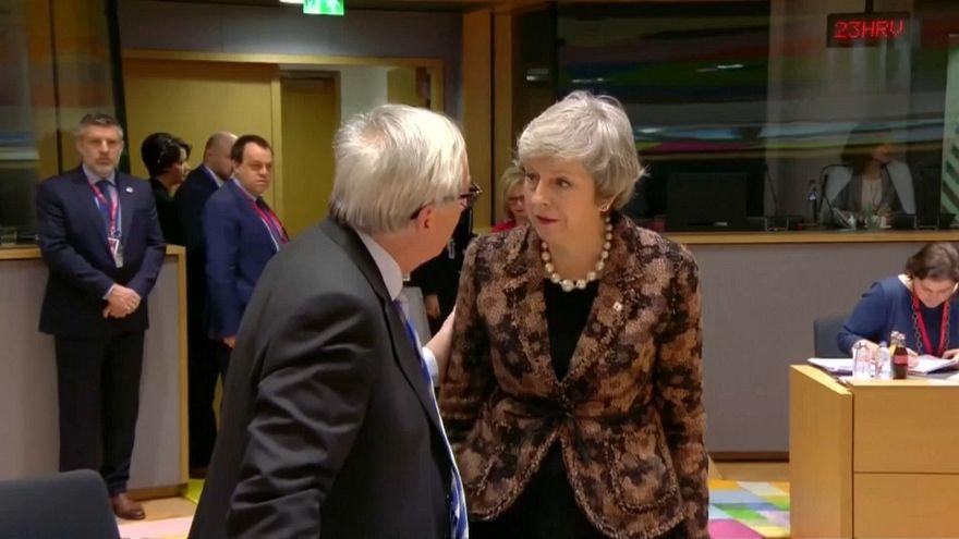 رئيسة وزراء بريطانيا تيريزا ماي ورئيس المفوضية الأوروبية جان كلود يونكر