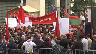 تظاهر المئات من اللبنانيين احتجاجا على عدم تشكل الحكومة وتردي الأوضاع