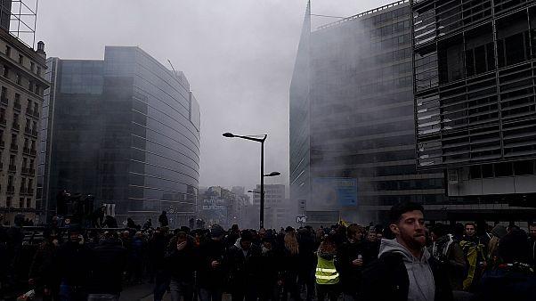 Bruxelles, 5.500 manifestanti contro Patto di Marrakech: scontri e polizia davanti a Commissione Ue