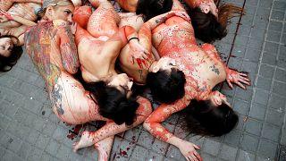 محتجون يتظاهرون عراة في برشلونة ضد استعمال جلود الحيوانات وفروها