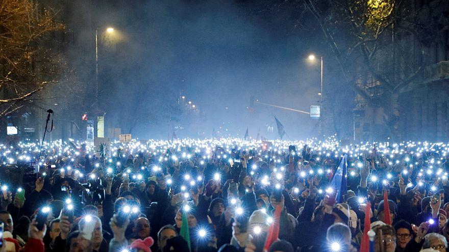 Soğuk havaya aldırmayan Macarlardan aşırı sağcı hükümete karşı dev yürüyüş