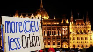"""Les Hongrois contre la """"loi esclavagiste"""" de Viktor Orbán"""