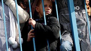 Gazze: BM koordinatörünün konuşmasını izleyen Filistinli bir çocuk