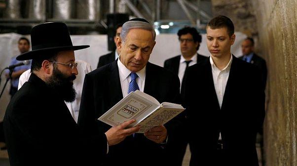رئيس وزراء إسرائيل بنيامين نتنياهو وابنه يائير عند حائط البراق (المبكى)