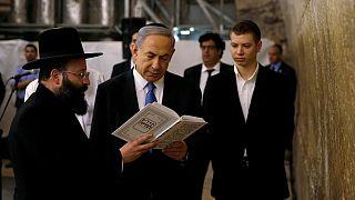 İsrail Başbakanı Binyamin Netanyahu, oğlu Yair ile birlikte