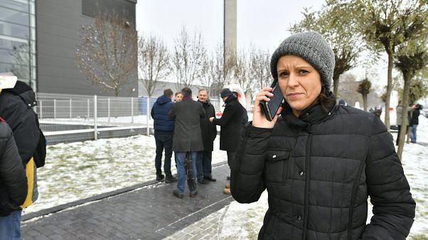 Szél Bernadett az MTVA székháza előtt