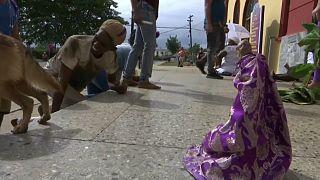 زائران کوبایی با زانو به  زیارتگاه ایلعازر مقدس رفتند