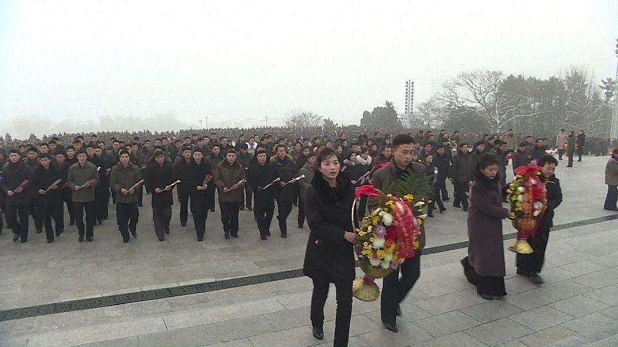 Norte-coreanos homenageiam Kim Jong Il