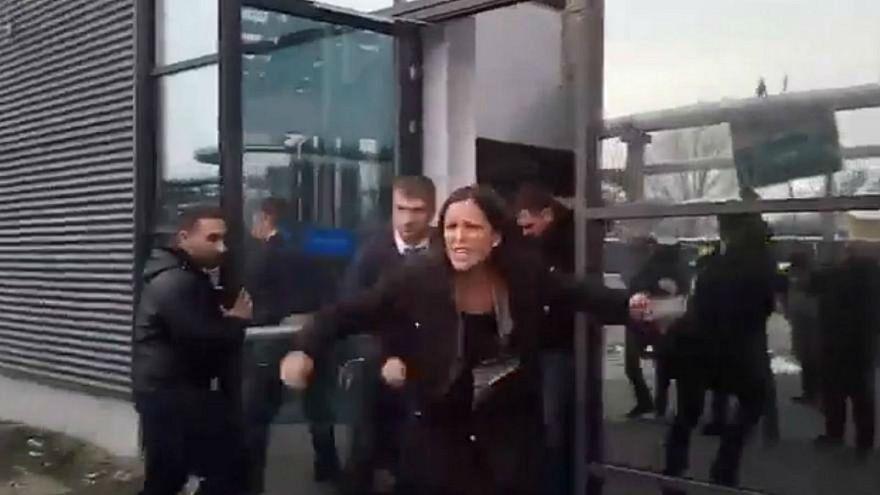 İki Macar milletvekili devlet televizyonundan yaka paça dışarı atıldı