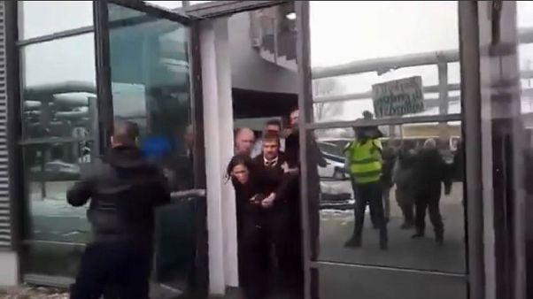 Oppositionspolitiker gewaltsam hinausgeworfen