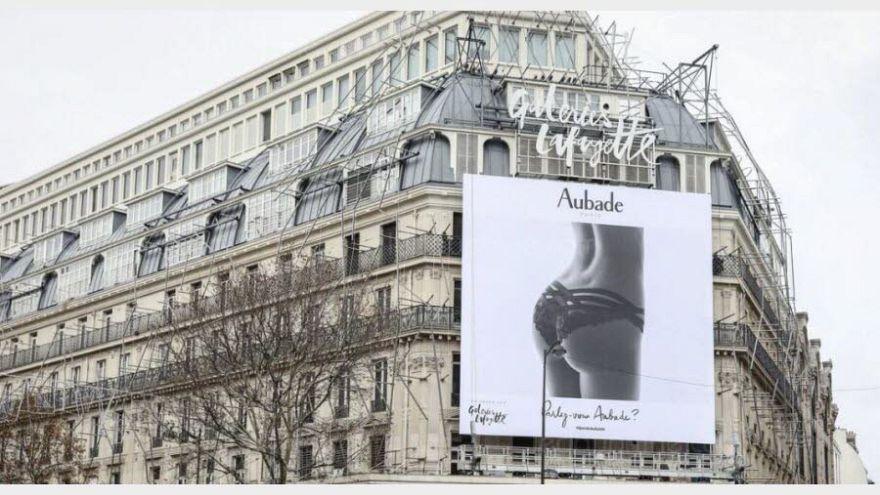 Une affiche jugée sexiste retirée des Galeries Lafayette