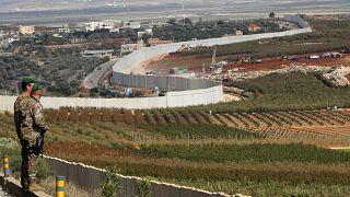 جنديان لبنانيان على الحدود اللبنانية الجنوبية