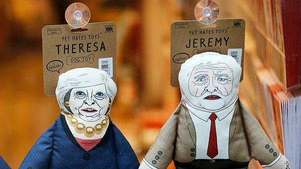 Theresa May e Jeremy Corbyn caricaturados como brinquedos caninos
