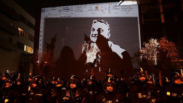 Televisão pública torna-se epicentro de protestos contra Orbán