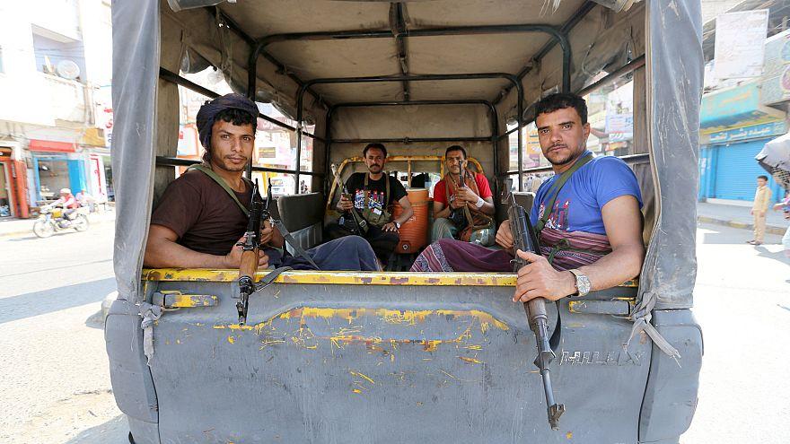 مسلحون حوثيون يقومون بدوريات في شارع في الحديدة