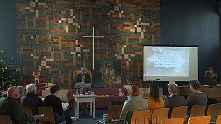 450 قسا بروتستانيا وكاثوليكيا يقيمون قداسا بدون إنقطاع لوقف ترحيل عائلة أرمينية من هولندا