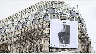 إزالة لوحة إعلانية من أشهر المراكز التجارية في باريس بسبب التمييز الجنسي