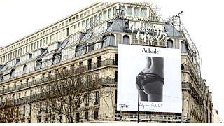Paris'te modelin yüzü çıkarılan kalça görselli iç çamaşırı reklamına tepki