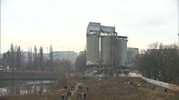 Wroclaw consuma implosão de silos de cimento junto ao rio Odra